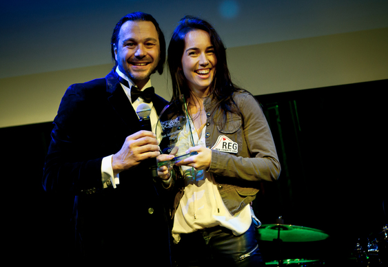 liv boeree collecting for daniel negreanu