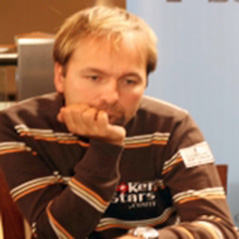 Selbst and Negreanu amongst Main Event chip leaders